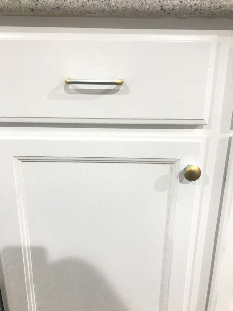 how-to-paint-kitchen-cabinets-knobs